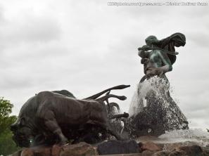 Gefion es una diosa de la mitología nórdica que convirtió a sus cuatro hijos en bueyes para arar la tierra mas rápido y reclamarla, ante el rey sueco Gylfi. La fuente representa la historia mítica de la creación de la isla de Selandia, en la que se encuentra ubicado Copenhague.